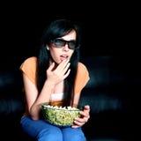 Jonge vrouw die op 3D TV let Stock Foto's