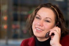 Jonge vrouw die op celtelefoon spreekt Stock Foto