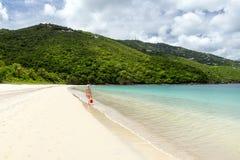 Jonge vrouw die op de kust van een tropisch strand in Cari lopen royalty-vrije stock foto's