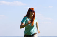 Jonge vrouw die op de lenteweide lopen Stock Fotografie