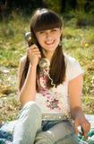 Jonge vrouw die op de retro telefoon spreekt Stock Foto