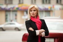 Jonge vrouw die op de stadsstraat loopt royalty-vrije stock afbeeldingen
