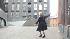 jonge vrouw die op de straat dansen stock video