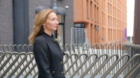 Jonge vrouw die op de straat loopt stock video