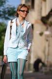 Jonge vrouw die op de straat loopt Stock Foto's