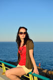 Jonge vrouw die op de strandpromenade lopen Stock Afbeeldingen