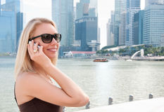 Jonge vrouw die op de telefoon in Singapore spreekt stock foto