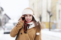 Jonge vrouw die op de telefoon spreekt Stock Afbeelding