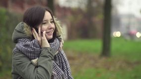 Jonge Vrouw die op de Telefoon spreekt stock video