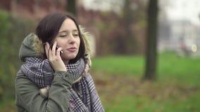 Jonge Vrouw die op de Telefoon spreekt stock videobeelden