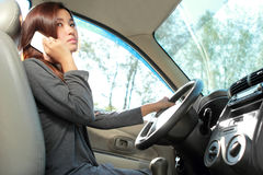 Jonge vrouw die op de telefoon spreken terwijl het drijven Royalty-vrije Stock Afbeeldingen