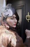 Jonge vrouw die op deur kloppen Royalty-vrije Stock Foto