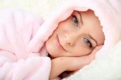 Jonge vrouw die op een bank met oogcontact rusten Royalty-vrije Stock Foto