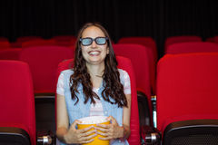 Jonge vrouw die op een 3d film letten Royalty-vrije Stock Afbeelding