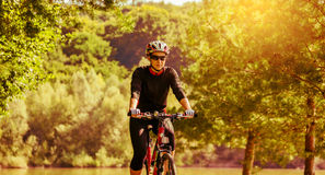 Jonge vrouw die op een fiets berijden royalty-vrije stock foto's