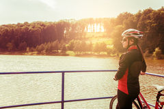 Jonge vrouw die op een fiets berijden stock foto