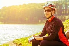 Jonge vrouw die op een fiets berijden royalty-vrije stock foto