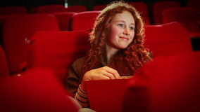 Jonge vrouw die op een film let stock video