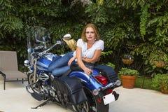 Jonge Vrouw die op een Motorfiets met Champagne liggen royalty-vrije stock fotografie