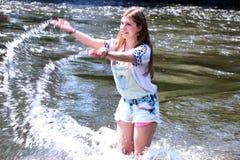 Jonge Vrouw die op een rivier in Duitsland vissen Stock Afbeeldingen