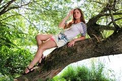 Jonge Vrouw die op een rivier in Duitsland vissen Royalty-vrije Stock Fotografie