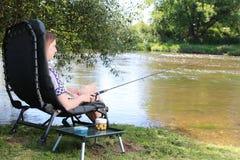 Jonge Vrouw die op een rivier in Duitsland vissen Royalty-vrije Stock Afbeeldingen