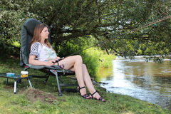 Jonge Vrouw die op een rivier in Duitsland vissen Royalty-vrije Stock Foto