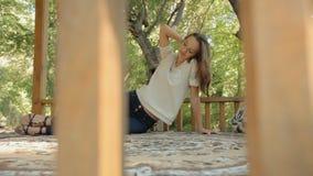 Jonge vrouw die op een tapijt in gazebo in het hout liggen stock video