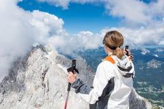 Jonge vrouw die op een verre berg letten royalty-vrije stock foto