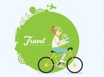 Jonge vrouw die op fiets met kaart berijden Royalty-vrije Stock Afbeeldingen