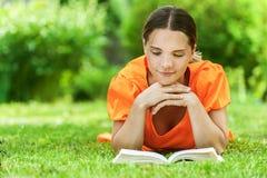 Jonge vrouw die op gras ligt Royalty-vrije Stock Foto