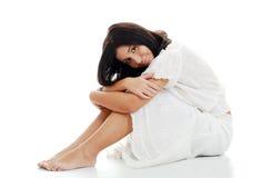 Jonge vrouw die op haar knieën leunt Stock Foto