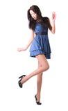 Jonge vrouw die op haar schoenen kijkt Stock Foto's