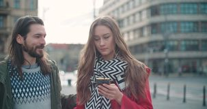 Jonge vrouw die op haar vriend wachten en op telefoon typen stock footage