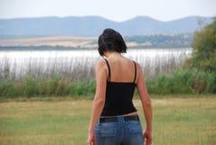 Jonge vrouw die op het gebied loopt Royalty-vrije Stock Foto's