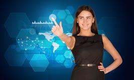 Jonge vrouw die op het holografische scherm drukken Royalty-vrije Stock Foto