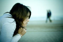 Jonge vrouw die op het strand ligt Royalty-vrije Stock Foto