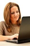 Jonge vrouw die op Internet surfen Royalty-vrije Stock Fotografie