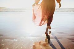 Jonge vrouw die op kustweg lopen stock foto's
