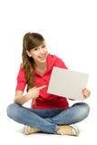Jonge vrouw die op lege affiche richt Stock Afbeeldingen