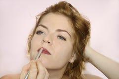 Jonge vrouw die op make-up zet royalty-vrije stock fotografie