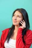 Jonge vrouw die op mobiele telefoon spreekt stock fotografie