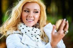 Jonge vrouw die op spiegel kijkt Stock Afbeeldingen