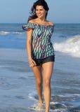 Jonge vrouw die op strand loopt Stock Afbeelding