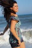 Jonge vrouw die op strand loopt Royalty-vrije Stock Fotografie