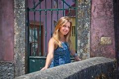 Jonge vrouw die op straten van Lissabon loopt royalty-vrije stock afbeelding