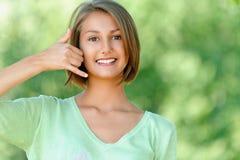 Jonge vrouw die op telefoon spreekt Stock Foto