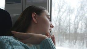 Jonge vrouw die op venster tijdens het berijden op trein kijken Profiel die van aantrekkelijk meisje op spoorweg reizen Langzame  stock footage