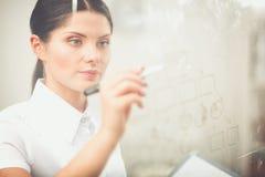 Jonge vrouw die op whiteboard met witte copyspace trekken Jonge Vrouw 15 Royalty-vrije Stock Foto's