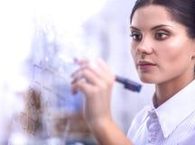 Jonge vrouw die op whiteboard met witte copyspace trekken Royalty-vrije Stock Afbeeldingen